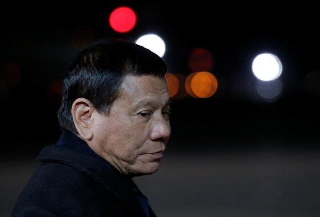 5月24日、フィリピンのドゥテルテ大統領(写真)は、過激派組織「イスラム国」(IS)の脅威が国内に広がった場合、全土に戒厳令を敷くことも排除しないと述べた。22日撮影(2017年 ロイター/Maxim Shemetov)