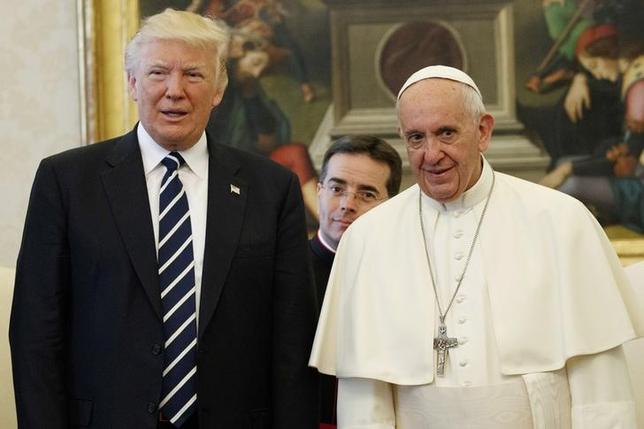 5月24日、ローマ法王フランシスコはトランプ米大統領と初めて会談し、トランプ大統領に平和の仲介役となるよう要請した。代表撮影(2017年 ロイター/Evan Vucci)