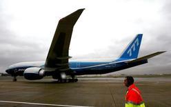 La compagnie saoudienne Saudi Gulf Airlines devrait boucler un accord prévoyant une commande d'un maximum de 16 avions Boeing 777 d'ici la fin du troisième trimestre. /Photo d'archives/REUTERS/Paul Hackett