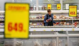 A customer checks a piece of meat in Auchan hypermarket in Moscow, Russia, May 19, 2017.  REUTERS/Maxim Shemetov