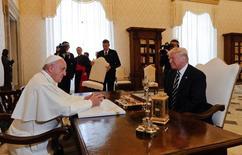 البابا فرنسيس خلال اجتماعه مع الرئيس الأمريكي دونالد ترامب في الفاتيكان يوم الأربعاء. صورة لرويترز من ممثل لوكالات الأنباء