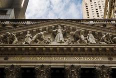 La Bourse de New York a ouvert sur une hausse prudente mercredi et le début de séance s'annonce calme en attendant le compte rendu de la dernière réunion de politique monétaire de la Réserve fédérale. Une dizaine de minutes après le début des échanges, l'indice Dow Jones gagne 0,04% à 20.946,47 points. /Photo d'archives/REUTERS/Lucas Jackson