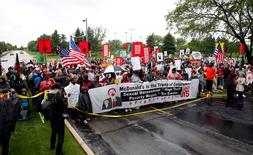 """Cooks, cashiers and other minimum wage earners join anti-Trump activists on a march for an increase in the minimum wage to $15/hour during a """"March on McDonald's"""" in Oak Brook, Illinois, U.S., May 24, 2017. REUTERS/Frank Polich"""