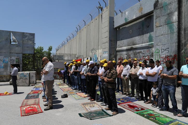 Palestinians perform Friday prayers before a protest in support of Palestinian prisoners on hunger strike in Israeli jails, in the West Bank town of Bethlehem May 12, 2017. REUTERS/Ammar Awad