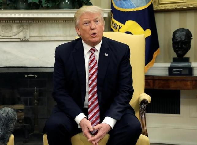 5月24日、米紙ニューヨーク・タイムズによると、ロシア当局者が米大統領選でトランプ陣営の選対本部長だったポール・マナフォート氏と顧問だったマイケル・フリン氏を通じ、トランプ氏のロシアに対する見解を誘導するよう協議していることを米情報当局者は昨年夏の時点で知っていた。写真はトランプ米大統領、ワシントンで10日撮影(2017年 ロイター/Kevin Lamarque)