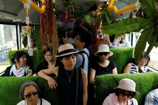 5月24日、台湾の台北で、もっと多くの緑地を都市に取り入れようというコンセプトの下、市内を走るバスの中に、たくさんの植物を置く試みが行われた。この「植物バス」は特別なルートを5日間限定で走行する(2017年 ロイター/Tyrone Siu)