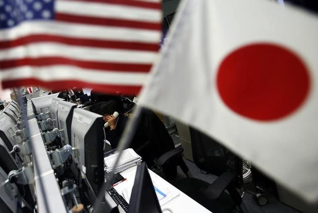 5月25日、午後3時のドル/円は、前日ニューヨーク市場午後5時時点に比べわずかにドル高/円安の111円後半。朝方は111.50円付近を推移していたが、米10年国債利回りの持ち直しでじりじり上昇した。写真は都内で2014年1月撮影(2017年 ロイター/Yuya Shino)