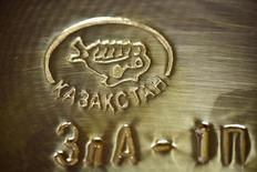 Слиток золота в хранилище Нацбанка Казахстана в Алма-Ате 30 сентября 2016 года. Один из крупнейших в РФ производителей драгметаллов Полиметалл планирует добывать 14 тонн золота в Казахстане к 2020 году, сказал глава казахстанского представительства компании Игорь Финогенов. REUTERS/Mariya Gordeyeva