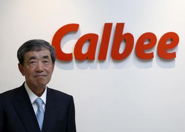 5月25日、カルビーは、中国の電子商取引最大手のアリババ・グループ・ホールディングと協力し、8月から越境ECサイト「天猫国際」において、シリアル商品「フルグラ」の販売を開始すると発表した。日本で300億円規模のヒット商品に育った「フルグラ」を海外で本格展開する。写真は都内の本社で昨年1月撮影(2017年 ロイター/Toru Hanai)