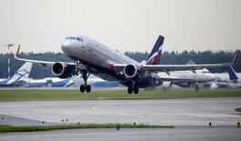 Лайнер авиакомпании Аэрофлот вылетает из аэропорта Шереметьево под Москвой 7 июля 2015 года. Российские авиакомпании увеличили перевозки пассажиров в апреле 2017 года на 24,8 процента к апрелю предыдущего года до 7,44 миллиона человек, сообщило в четверг Федеральное агентство воздушного транспорта (Росавиация). REUTERS/Maxim Shemetov