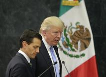 Дональд Трамп в бытность кандидатом в президенты США от республиканцев и президент Мексики Эрике Пенья Ньето на пресс-конференции в Мехико 31 августа 2016 года. Глава Федерального резервного банка Далласа выразил уверенность в том, что торговые отношения США с Канадой и Мексикой повысят конкурентоспособность Америки, хотя ее президент Трамп исполняет предвыборное обещание поставить крест на соглашении NAFTA в его нынешней версии. REUTERS/Henry Romero