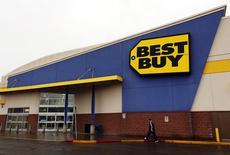 Магазин Best Buy в Калгари. Компания Best Buy Co Inc, ведущий ритейлер электроники в США, отчиталась о неожиданном росте сопоставимых продаж в первом квартале благодаря повышению спроса на игровые и мобильные товары. REUTERS/Todd Korol