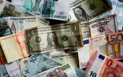 De grands établissements et organismes de tutelle du secteur financier ont lancé jeudi un nouveau code de conduite des opérations sur un marché des changes représentant 5.000 milliards de dollars (4.460 milliards d'euros) de volume d'affaires quotidien. /Photo prise le 7 mai 2017/REUTERS/Kai Pfaffenbach