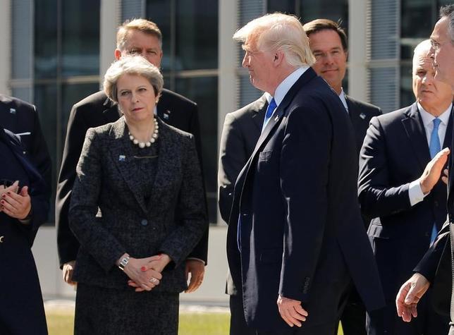 5月25日、メイ英首相はNATO首脳会議で、トランプ米大統領(写真右)に不満を示す考えを明らかにした。ブリュッセルで同日撮影(2017年 ロイター/Jonathan Ernst)