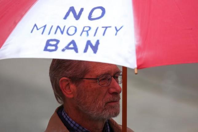 5月25日、イスラム圏6カ国からの入国を制限する新たな米大統領令について、リッチモンド連邦高裁は25日、一時差し止めとした連邦地裁の判断を支持する決定を下した。写真は同大統領令に抗議する人。15日撮影(2017年 ロイター/David Ryder)