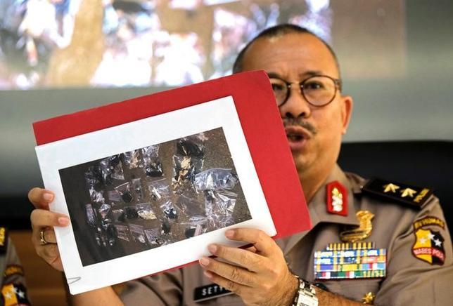 5月25日、インドネシアの首都ジャカルタで24日に起きた自爆攻撃とみられる爆発で、過激派組織「イスラム国(IS)」が犯行声明を出した。写真は爆発現場から回収された証拠品の写真を見せるインドネシア警察幹部(2017年 ロイター/Beawiharta)