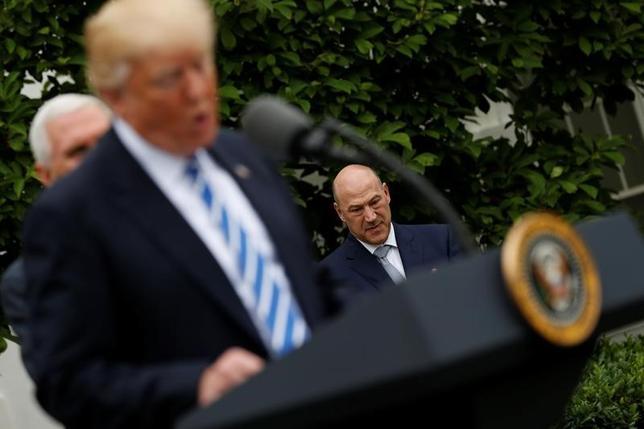 5月25日、米国家経済会議(NEC)のゲーリー・コーン委員長(奥)は、G7)首脳会議では、通商問題や気候変動対策について活発な議論が交わされると語った。ホワイトハウスで1日撮影(2017年 ロイター/Jonathan Ernst)