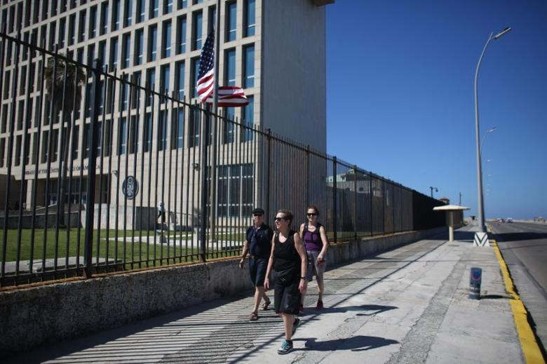 Tourists pass by the U.S. Embassy in Havana, February 18, 2016. Picture taken February 18, 2016. REUTERS/Alexandre Meneghini  - RTX2887P