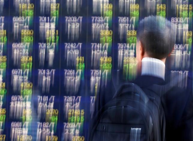 5月26日、寄り付きの東京株式市場で、日経平均株価は前営業日比14円64銭安の1万9798円49銭となり、小反落して始まった。都内で昨年11月撮影(2017年 ロイター/Issei Kato)