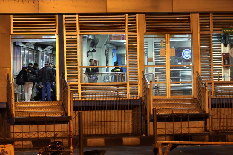 Police investigators examine the scene of an explosion at a bus station in Kampung Melayu, East Jakarta, Indonesia May 25, 2017 in this photo taken by Antara Foto.  Antara Foto/Galih Pradipta/ via REUTERS