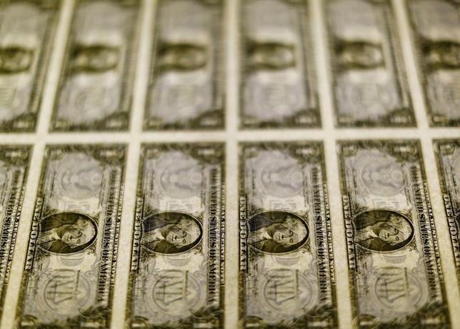 5月26日、正午のドル/円は、前日ニューヨーク市場午後5時時点と比べ、ドル安/円高の111.55/57円だった。写真はワシントンで2014年11月撮影(2017年 ロイター/Gary Cameron)