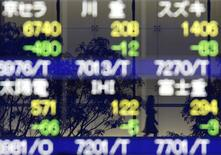 La Bourse de Tokyo a terminé vendredi en baisse de 0,64%, le renforcement du yen face au dollar pénalisant les valeurs tournées vers l'exportation. L'indice Nikkei a cédé 126,29 points à 19.686,84 points. /Photo d'archives/REUTERS/Yuriko Nakao