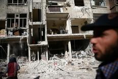 """Здания, разрушенные в результате авианалета в пригороде Дамаска. Как минимум 35 человек, включая членов семей боевиков """"Исламского государства"""", погибли в результате авиаудара по занимаемому джихадистами сирийскому городу Меядин в провинции Дейр-эз-Зор в четверг, сообщили наблюдатели.  REUTERS/Bassam Khabieh"""