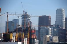 Vue sur un site de construction à Los Angeles. La croissance économique aux Etats-Unis a ralenti moins fortement que prévu au premier trimestre, mais elle reste faible, ce qui paraît surprenant dans un contexte de reprise du marché du travail qui se rapproche désormais du plein emploi. /Photo prise le 22 mai 2017/REUTERS/Lucy Nicholson