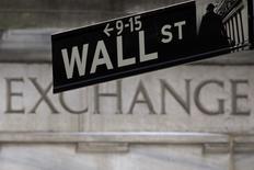 La Bourse de New York est en léger repli en début de séance vendredi, les investisseurs semblant hésiter à poursuivre leurs achats après six séances consécutives de hausse, d'autant que le marché se prépare à un week-end prolongé. Une dizaine de minutes après le début des échanges, l'indice Dow Jones perd 23,22 points, soit 0,11%, à 21.059,73. Les marchés américains seront fermés lundi pour le Memorial Day. /Photo d'archives/REUTERS/Carlo Allegri