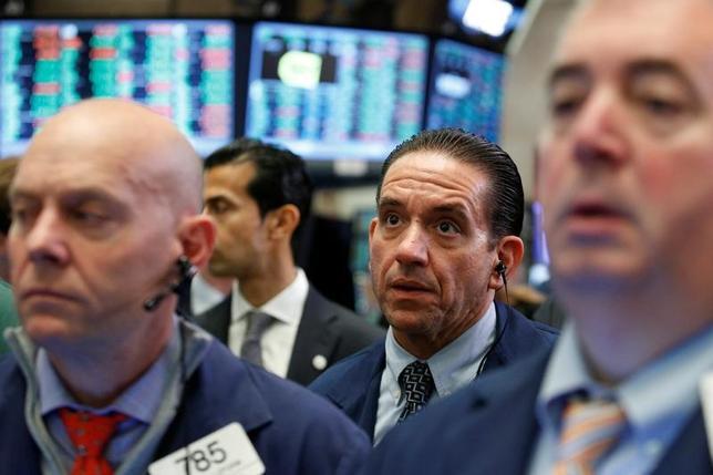 5月26日、米株はほぼ横ばいで終了。消費関連株が前日に続いて買われ、S&P総合500種とナスダック総合は前日に続き終値で過去最高値を更新した。写真はNY証取のトレーダー。25日撮影。(2017年 ロイター/Brendan McDermid)