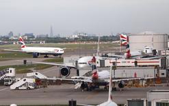 À Heathrow. British Airways a commencé dimanche matin à reprendre ses vols à partir des deux principaux aéroports de Londres après une panne informatique qui a provoqué de très fortes perturbations la veille. /Photo prise le 27 mai 2017/REUTERS/Neil Hall