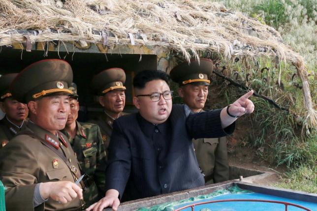 5月29日、韓国軍によると、北朝鮮は東部沿岸の元山から東に向けて未確認の飛翔体を発射した。写真は今月5日に朝鮮中央通信(KCNA)が配信(2017年 ロイター)