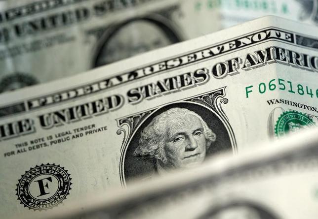 5月29日、正午のドル/円は、26日のニューヨーク市場午後5時時点とほぼ同水準の111.37/39円。写真はドル紙幣、4月撮影(2017年 ロイター/Dado Ruvic)