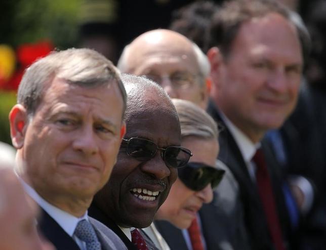 5月26日、トランプ大統領が打ち出したイスラム圏6カ国からの入国を制限する大統領令は、米連邦高裁が一時差し止めの判断を維持する判断を示した。議論はまもなく保守派の判事が過半数を占める最高裁へと舞台を移しそうだ。写真は2017年4月、ゴーサッチ最高裁判事の就任式に出席したロバーツ長官(左)ら(2017年 ロイター/Carlos Barria)