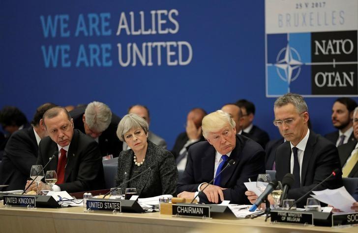 2017年5月25日,布鲁塞尔,参加北约峰会的领导人(从左至右):土耳其总统埃尔多安、英国首相特雷莎·梅、美国总统特朗普和北约秘书长斯托尔滕贝格。REUTERS/Matt Dunham