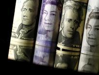 Banconote in dollari e sterline. REUTERS/Dado Ruvic/Illustration