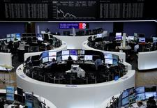 Les Bourses européennes évoluent sans grand changement lundi à mi-séance. À Paris, le CAC 40 recule de 0,09% à 5.331,75 points vers 10h20 GMT et à Francfort, le Dax est pratiquement inchangé (+0,02%). /Photo prise le 26 mai 2017/REUTERS