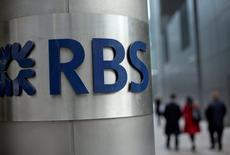 Un groupe représentant des actionnaires de Royal Bank of Scotland a accepté un accord à l'amiable qui évitera à la banque britannique un procès autour de son augmentation de capital de plus de 12 milliards de livres (13,7 milliards d'euros) réalisée en 2008. /Photo d'archives/ REUTERS/Neil Hall