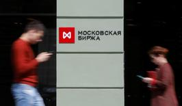 People walk past the Moscow Exchange in Moscow, Russia, May 26, 2017. Picture taken May 26, 2017. REUTERS/Segrei Karpukhin
