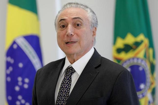 5月29日、ブラジルのテメル大統領(写真)は、2014年の大統領選で不正な選挙資金集めを行ったとされる疑惑を審理する来月の公判について、高等選挙裁判所が早期に結論を出し、政権や経済を巡る不透明感が取り除かれることを期待していると述べた。写真はブラジリアで25日撮影(2017年 ロイター/Ueslei Marcelino)
