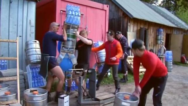 5月29日、スロバキアの最高峰でポーランドとの国境となっているハイタトラス山脈で27日、100キロにも上る荷物を背負って山小屋に食糧などを運搬する「強力」の競争が行われ、優勝者が記録を更新した。写真はロイタービデオの映像から(2017年 ロイター)