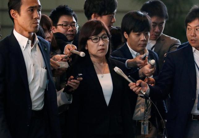 5月30日、稲田朋美防衛相(写真中央)は閣議後会見で、北朝鮮が同日朝に公表した前日のものとみられるミサイル発射映像について、弾頭部に翼らしきものを確認したと語った。14日撮影(2017年 ロイター/Toru Hanai)