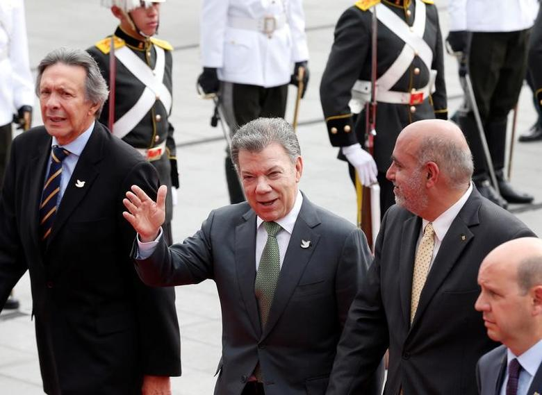 Colombia's President Juan Manuel Santos (C) arrives for the inauguration of President-elect Lenin Moreno (not pictured) at the National Assembly in Quito, Ecuador May 24, 2017.  REUTERS/Henry Romero
