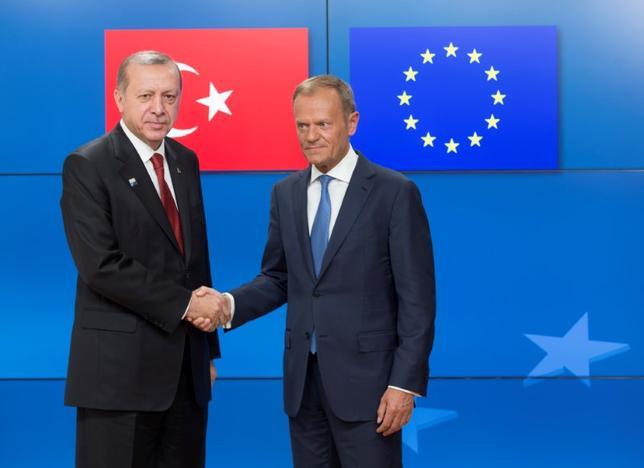 5月29日、EUの高官らは、EU首脳とトルコのエルドアン大統領(左)による先週の会談について、「良好な雰囲気」で行われたが、新たな合意はなかったと明らかにした。写真はブリュッセルで25日撮影 代表撮影(2017年 ロイター)