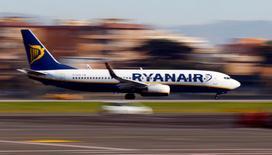 Ryanair a annoncé mardi un bénéfice net record au titre de l'exercice 2016-2017. /Photo d'archives/REUTERS/Tony Gentile