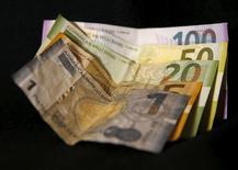 Купюры валюты манат в Тбилиси 18 января 2016 года. До конца 2017 года Центральный банк Азербайджана не ожидает удешевления маната, напротив, видит проблему в его возможном укреплении, сказал глава ЦБА Эльман Рустамов. REUTERS/David Mdzinarishvili