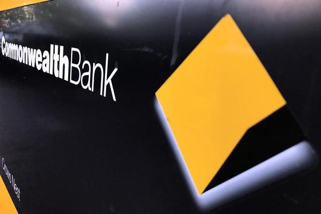 5月30日、オーストラリア政府は、62億豪ドル(46億米ドル)に上る新銀行課税の最初の支払い期日を3カ月延期するほか、課税対象となる負債の一部を除外する。公開された法案で明らかとなった。写真はコモンウェルス銀行のロゴ。5月シドニーで撮影(2017年 ロイター/David Gray)