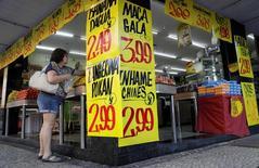 Consumidora compra frutas em um mercado no Rio de Janeiro. 9/05/2017 REUTERS/Ricardo Moraes