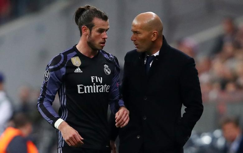 Football Soccer - Bayern Munich v Real Madrid - UEFA Champions League Quarter Final First Leg - Allianz Arena, Munich, Germany - 12/4/17 Real Madrid's Gareth Bale speaks to Real Madrid coach Zinedine Zidane as he is substituted off Reuters / Michael Dalder Livepic