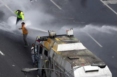 Venezuela turns water cannons on protesters